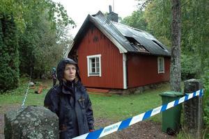 VID FARSTUN. Kriminlatekniker Marina Jakobsson och hennes kollega konstaterade att branden startade på en farstukvist eller i en fastu.