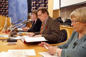 Fullmäktigemötet om förvaltningsutredningen leddes av presidiet med från vänster andre vice ordförande Erik Nygren (M, delvis skymd), administrativa chefen Karin Boström, ordförande Björn Brink (C) och förste vice ordförande Ulla-Britt Gidemalm (S).