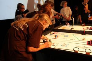 Kastellskolan från Härnösand ställer upp med team Spam i bruna tröjor. De möter lag Dry Grapes från Höglandsskolan i Örnsköldsvik.