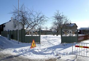 I dag är det spillror av en lekplats som ryms innanför grindarna.