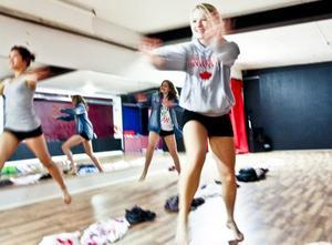 Sigrid Lundgren och de andra tjejerna i en dans full av glädje.