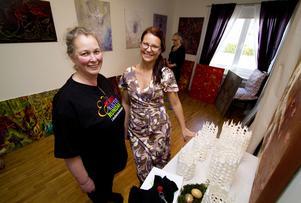 Över förväntan. Anneka Andersson till vänster ställde ut sina ljuslyktor hemma hos Evelina Jämsä vars tavlor syns i bakgrunden. Jämsäs hus var välbesökt under Konstrundan.