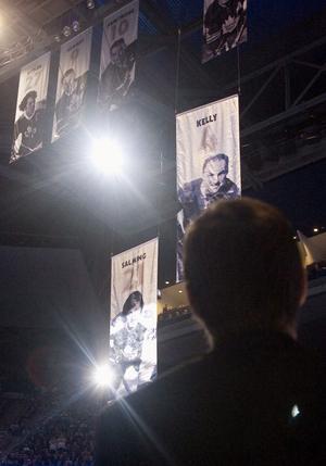 4 OKTOBER 2006. Nummer 21 blev för alltid Börjes eget nummer när hans vepa under långa, stående ovationer drogs upp i taket vid en ceremoni i säsongens hemmapremiär i Toronto.
