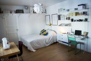 Gästrummet är även ett pysselrum där symaskinen står redo att användas.