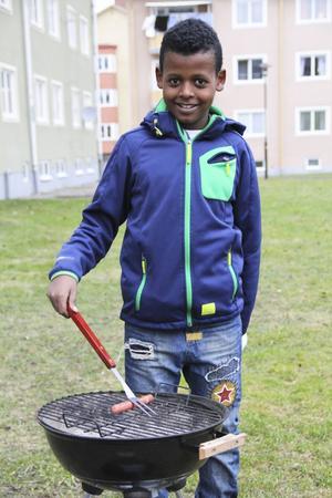 Nioårige Semir tog över ansvaret för korvgrillningen.