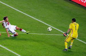 Tysklands matchvinnare Mario Götze skjuter VM-finalens enda mål bakom Argentinas målvakt Sergio Romero.