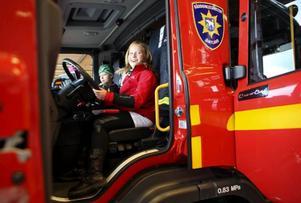 Juli Lindé från Lit var en av många barn som fick provsitta brandbilarna.