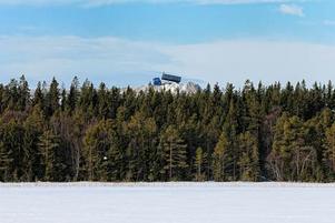 En vy från Lillsjöns is i dessa snötider.