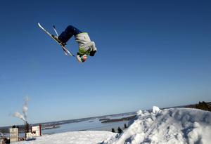 Nu blir det äntligen full fart med utförsåkning och hopp i Skönviksbacken.