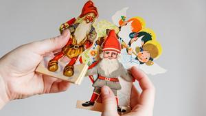 Söta pappersgirlanger som har överlevt seklerna. Hemma hos Stina Johansson kommer de fram varje jul.