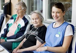 Eva-Lena Åslund i personalen berättar att Trädgårdsprojektet har varit oerhört uppskattat bland de boende på Solbacka. Här fikar hon under gårdagens odlingsträff, tillsammans med Ajna Runsten och Karin Hansson.