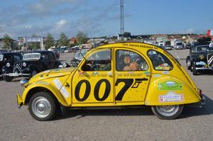 Alla som kan sina James Bond-filmer gissar säkert varför den här Citroënen är lackerad på detta vis.