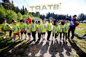De verkade ha myror i benen Hedesunda skolas klass 3. Vilket är bra när man ska springa 600 meter terräng. Från vänster: Simon Lind, David Olsson, Erik Persson, Tilda Jonsson, Ida Ekman, Emma Valleräng, Moa Enman, Thea Lööf, Elina Erlandsson och Isak Fasting.