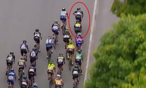 Emilia Fahlin, längst fram i den röda ringen, hjälper Jolien D'hoore, precis bakom, till täten med knappa kilometern kvar av fredagens 115 kilometer långa etapp i Tour of Norway.