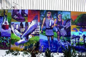 Under produktion. Den nya graffitimålningen vid hälsocentralen i Sätra centrum är anslående men absolut inte klar,  det blir den förmodligen först till våren, förklarar konstnären Rolfcarlwerner.