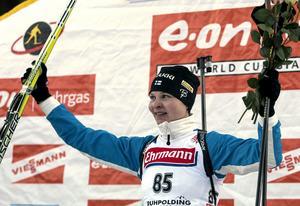 Kaisa Varis firar vinsten i damernas 7,5 kilometer sprint i skidskytte på världscupen i Ruhpholding 11 januari 2008. Senare samma år stängdes hon av för EPO.