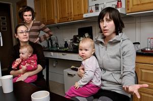 Emma Lindberg och Sara Haldosson har båda barn vid Humlan. Snart är de också i behov av platser till sina ettåringar, Elsa och Ingrid, som båda drabbats av allergier. Foto:Claes Söderberg
