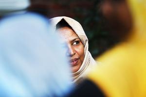 - Vi brukar umgås så här på kvällarna när vi kan. Det är viktigt att hålla god kontakt med varandra när man kommer till ett nytt land. Men vi har många svenska vänner också, berättar Aziza Ali.