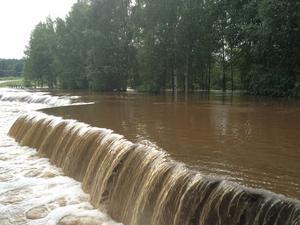 Mycket vatten över Stakhedsvägen i Nyhammar
