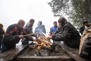 Passagerarna var lite frusna när de kommit fram till Andersön och värmde sig vid elden.