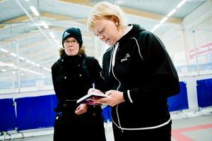 Anette Norberg fick skriva autografer i Trängens ishall på onsdagen. Fem år efter OS-triumfen i Vancouver är hon fortfarande Sveriges mest kända curlingspelare.