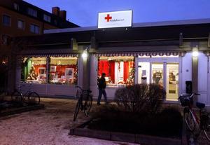 Röda Korset fyller 150 år i år och arbetet pågår bland annat i Bomhus Centrum, där man säljer begagnade varor för att få pengar till verksamheten.