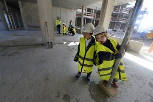 Små pojkar på stort bygge. Kevin och Anton älskar att konstruera och de vill gärna bygga hus när de blir stora.