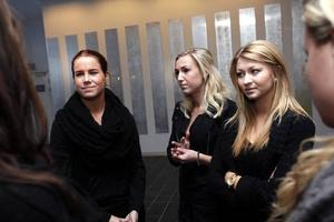 - Det är inte sant, vi har inte strippat, säger Samantha Fa. På bilden även Linda Börjeson och Josefine Johansson Törnquist som också de var med under shownumret.