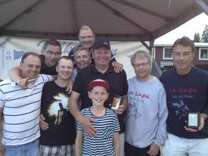 Glada vinnare. Mats Hägglöf (med plaketten i mitten) och Tor Jacobson (till höger) skiner i kapp med sina besättningar efter att ha segrat i varsin klass under Ulvöregattans första dag.