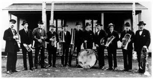 Hissmofors hornmusikkår runt 1920. Från vänster: Okänd, H Wahlström, Karlkvist, Sandström, Olsson, okänd, N Obbarius, okänd,  H Lövgren, Axel Gullberg och G Appelkvist.