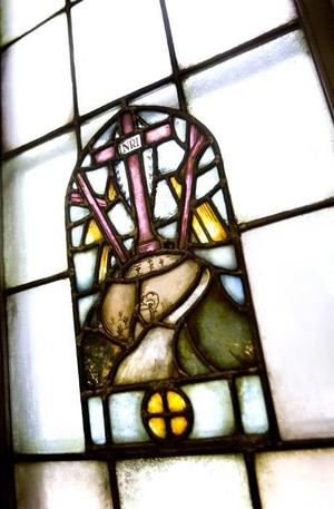 Blyinfattade fönster med religiösa motiv. Fönstren får bytas ut, men originalfönstren då ska dessa ges till kyrkan.