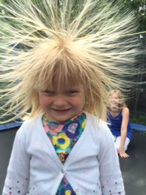 Jag heter Freja och är snart tre år. Efter några kullerbyttor i studsmattan blev jag såhär fin i håret!