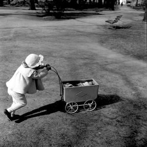 Den lilla flickan fotograferades 1953, när hon beslutsamt drog sin fina dockvagn. Visst ser hon ut som en liten docka själv?