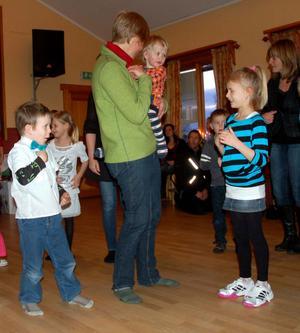 Sara Lissmyr med Nanna i famnen och Ivar Lissmyr och Love Målare hade roligt på julgransplundringen.