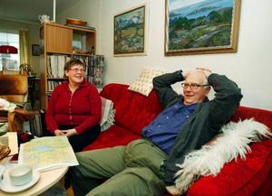 """""""Vi skulle aldrig ha klarat oss om inte mobiltelefonen fungerat"""", säger Elisabet Jämting och hennes man Birger Jönsson när de pustar ut efter dramat på Gevsjöns is.Foto: Jan Andersson"""