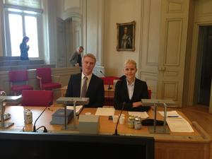Hannah Ström och hennes lagkamrat Ludvig Berke inne i Högsta domstolen.