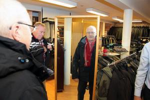 Bengt Rosin var lite motsträvig till att posera på scenen. Men han var enligt uppgift inte så svår att övertala. På bilden även Pro-basen i Smedjebacken, Kjell Midér.