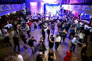 Dansbandet Voyage drog igång dansen och fyllde dansgolvet redan 20.30 när Altira firade 30-års jubileum på Stadshuset.