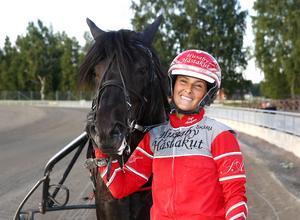 Sofia Adolfsson, här med en annan häst, ska rida Assault på söndag. Foto: Micke Gustafsson