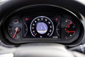 Bildtext 10: Smart. GPS-bilden visas rakt framför föraren, mitt i hastighetsmätaren.Foto: Pontus Lundahl/TT