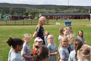 Sofia deltog tidigare under sommaren på moderklubbens fotbollsskola - här i bild med delar av barnen som där var med.