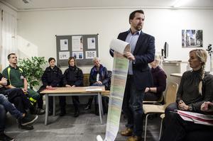 FredrikHolm, ansvarig för trygghet och hållbarhet på Borlänge kommun, visar upp den två meter långa listan med insatser som Borlänge kommun gjort för att öka trygghet och hållbarhet runtom i kommunen.