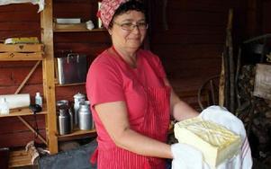 Kerstin Proos visar det fina mönstret som det gamla ostkärlet gör i hårdosten.