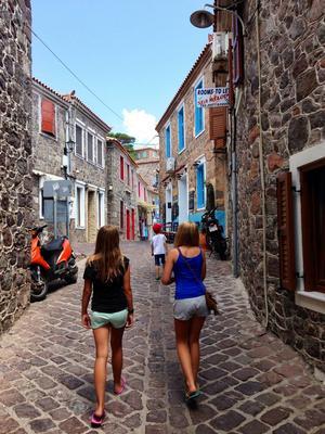 Isabella och Emilia LIncoln på promenad genom Rhodos stad.