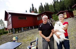 Lasse och Marianne Thagesson från Sundsvall tillbringar flera månader om året i sin stuga i Björkvattnet. I Mariannes famn har hunden Itzy hoppat upp.