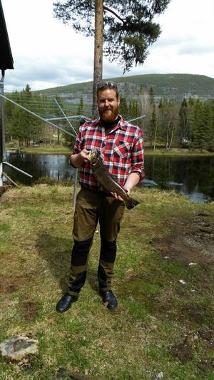 Mikael Franzen, Nyköping med en öring på 2,1 kilo. Ljusnan, Långå