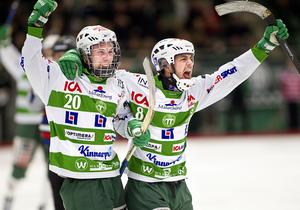 Jimmy Jansson firar ett mål med Tobias Holmberg i VSK:s A-lag 2012.