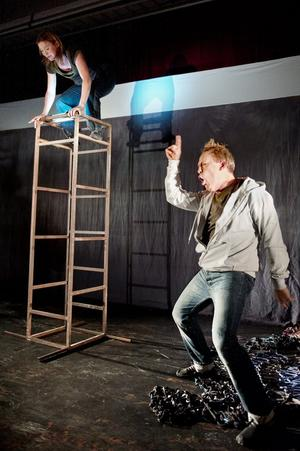 Skådespelarna Åsa Gustafsson och Jonas Hedlund i full aktion.