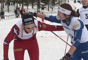 Ettan och tvåan, Stina Nilsson och Evelina Settlin, tackar varandra för en god match.