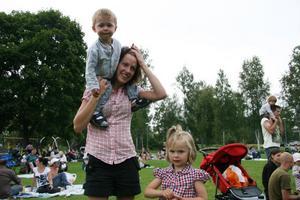 Marie Danielsson med barnen Elias, 1,5 år och Tilde, 4 år hade en trevlig kväll och Elias gungade till musiken när Micke Ivarsson var på scen.
